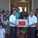 Đồng chí Hoàng Văn Hiệp – Chủ tịch UBND huyện tặng quà cho các em thiếu nhi có hoàn cảnh khó khăn trên địa bàn