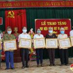 Đảng bộ xã Trung Sơn trao huy hiệu đảng cho 8 Đảng viên