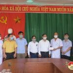 Đồng chí Hoàng Văn Hiệp – Phó bí thư,  Chủ tịch UBND huyện thăm, tặng quà cán bộ, nhân viên, y bác sỹ và chiến sỹ làm nhiệm vụ tại điểm cách ly tập trung
