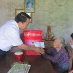 Đồng chí Phùng Thành Vinh – Bí thư Huyện ủy, Chủ tịch HĐND huyện tặng quà các gia đình chính sách