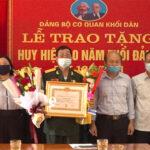 Đảng bộ cơ quan khối dân trao huy hiệu 40 năm tuổi đảng cho đồng chí Thái Doãn Thu