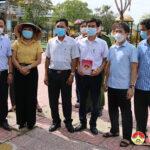 Đồng chí Nguyễn Tất Hoài Hiệp – Phó bí thư Thường trực huyện ủy thăm, tặng quà các điểm cách ly tập trung