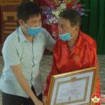 Đồng chí  Nguyễn Tất Hoài Hiệp – PBT thường trực huyện ủy trao huy hiệu Đảng tại xã Bồi Sơn