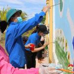 Đoàn thanh niên Thị trấn và trường Mầm non tổ chức vẽ 45 m2 tranh tường.
