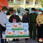 Đồng chí Phùng Thành Vinh – Ủy viên BCH Tỉnh ủy, Bí thư Huyện ủy, Chủ tịch HĐND huyện thăm, tặng quà các khu cách ly tập trung.