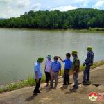 Đồng chí Trần Văn Hiến- Phó Chủ tịch UBND huyện kiểm tra đảm bảo an toàn hồ đập trước mùa mưa bão